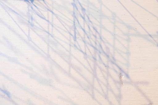 ひらひらのオブジェの影